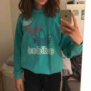 Snygg vintage tjockare tröja från Adidas i turkos färg!💙 Ascool design! Frakten ingår i priset! Använd ca 3 ggr men köpt på humana för 250kr❤️