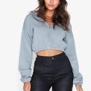 Frakt på 55 kr tillkommer💓 Jättefin croppad zip hoodie från Nelly, använd två gånger:)