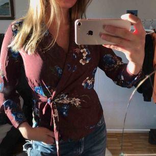 Suuuuperfin färgglad blus från Zara Basic! 🤩 aldrig använd så i myyycket bra skick! Knytblus! ❤️
