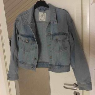 Hej! Säljer min jättefina snygga ljusblåa jeansjacka. Använd några gånger och är i ett väldigt bra skick. Perfekt nu till våren & sommaren ☀️🌺😍 OBS! Frakten är inräknad💕