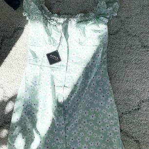 Super fin somrig klänning  Endast testad för bildens skull, lappen finns kvar  Swish finns  Frakt tillkommer på 44kronor