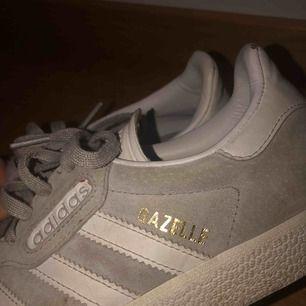 Adidas Gazelle sneakers! Gråa mockaliknande jättefina sneakers, säljer pga försmå, storlek 38 2/3 - pris kan diskuteras 💕