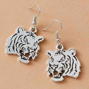 Asballa silvriga tiger örhängen! 💛