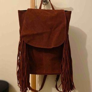 Ryggsäck i mocka - använd 2-3 ggr. Köpt på Topshop.