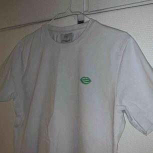 Nästan helt oanvänd tshirt från aninternational anthem i storlek M, nypris 500kr. Passar XS/S/M. frakt 63kr (spårbart)