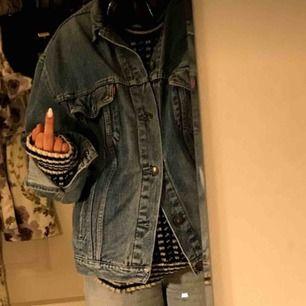 Asfet jeansjacka, oversized i den mån som önskas därav storleken. Jag är en S/M. Passar till allt!!!!!!!!!!!🦋