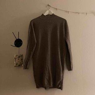 En mörkare beige/brun stickad tröja från Cubus, jättefin! Säljer för att den inte kommer till användning. Köparen står även för frakt!:)