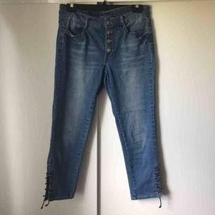 Lågmidjade byxor i storlek 38 från Kappahl med cool rep design på sidan 💗Mått: cirka 80cm vid midjan & cirka 84cm lång💗