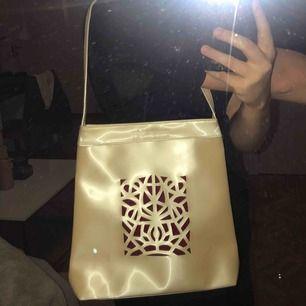 Superfin vintage beige-glansig väska från Givenchy med rött mönster-ish, köpt på secondhand🥰 jättebra skick och perfekt för våren/sommaren! Priset är inklusive frakt