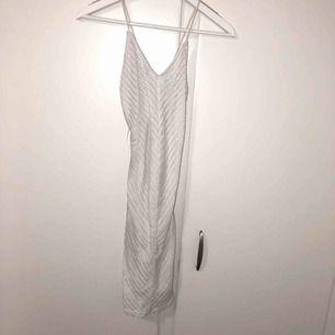 Oanvänd klänning från BikBok, suuuper fin och formar kroppen snyggt