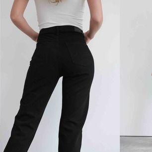 Säljer mina svarta mom jeans från Ginatricot som tyvärr inte kommer till användning. Knappt använda så bra skick, nypris 499kr. skriv för bilder 🥰🥰🥰