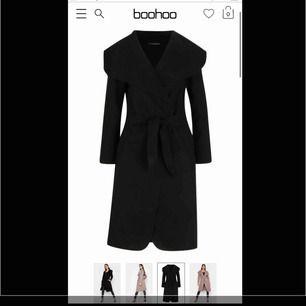 Säljer den här svarta kappan från Boohoo.  Den är helt ny med etikett på. Den va lite för lång på mig för min smak, annars jättefin! No size, passar all. Bildar kan skickas vid önskemål & pris kan diskuteras vid snabb affär.🌸