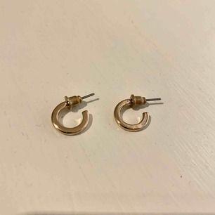 Guldfärgade örhängen ca 1cm i diameter Frakt ingår i priset