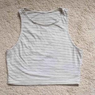Gulligt croppat linne med ljusgråa ränder. Har sytt in lite i sidorna, skulle säga motsvarar S. Fint nu till våren/sommaren. Frakt 22 kr. ✨ kvar om ej markerad som såld så ni behöver inte fråga!