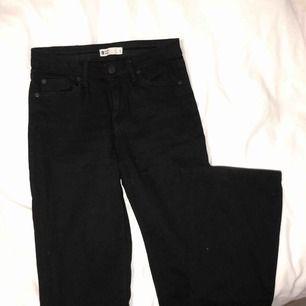 Oanvänd svarta bootcut jeans från Gina Tricot i modellen Molly, populära och supersnygga