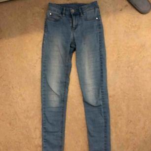 Säljer nu dessa otroligt snygga jeans Tyvärr har jag ett par andra blåa jag gillar mer så de kommer aldrig till användning Bara att fråga vid frågor
