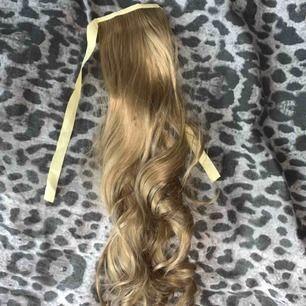 (FRAKT INGÅR) Oanvänd syntetiskt löshårstofs, verklighetstroget. 50 cm. Kommer med ett snöre som man kan göra en knut med 🥳 Säljer då jag köpte fel färg. Har endast testat den och bättre bild på hårfärgen finns på bild 2. Går att kamma, tvätta osv! 🥰