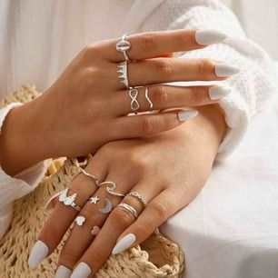 11 stycken silverfärgade ringar, säljer endast tillsammans! 🤍