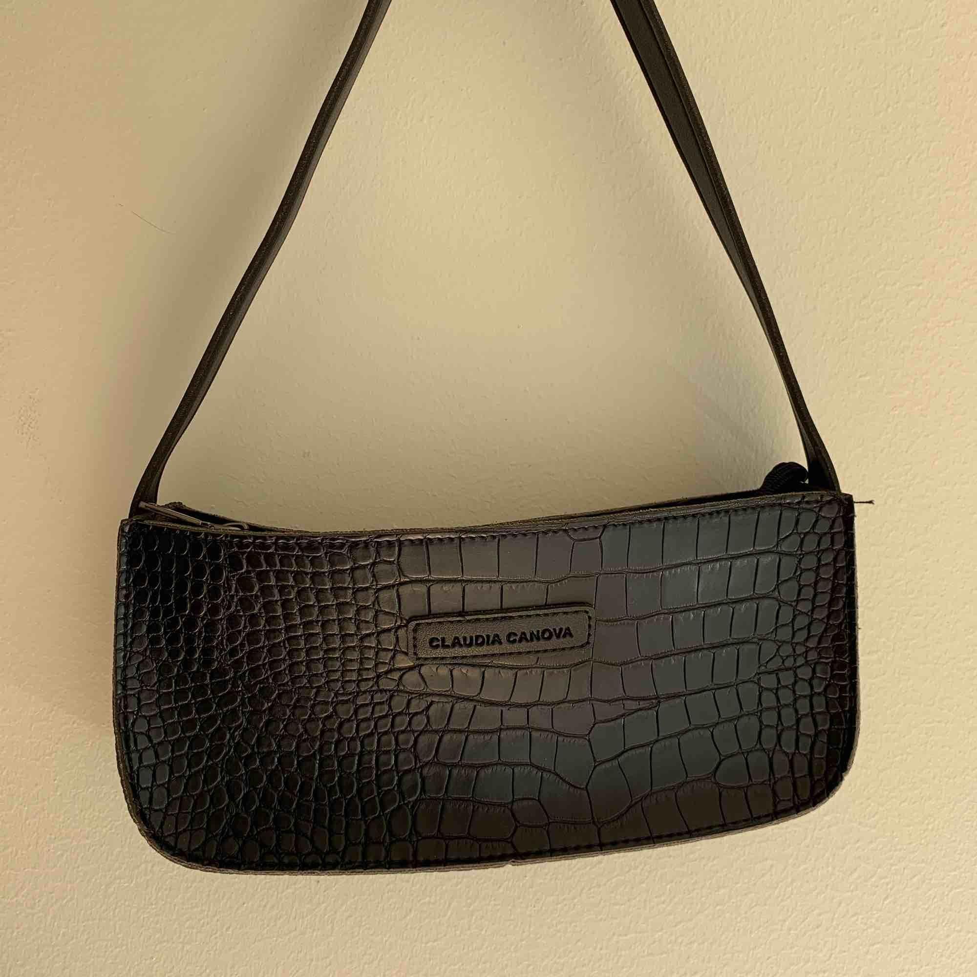 Säljer denna supersnygga och trendiga väska! endast använd ett fåtal gånger⚡️⚡️⚡️⚡️ den som budar högst får den!!!. Väskor.
