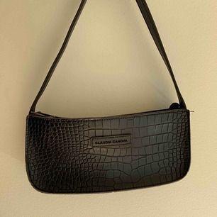 Säljer denna supersnygga och trendiga väska! endast använd ett fåtal gånger⚡️⚡️⚡️⚡️