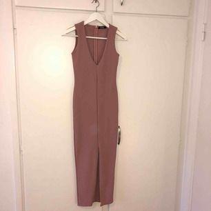 Oanvänd rosa ribbad klänning från Missguided med slits i fram