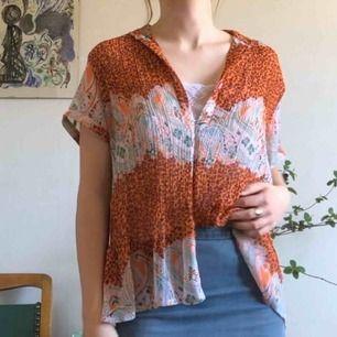 Vintage blus med paisleymönster i plisserat tyg. Gott skick! Stl 42/44 men passar även mindre. +Frakt 25kr🌻