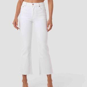 Oanvända vita jeans från na-kd, de är såå snygga men tyvärr för små på mig. Bilden på modellen är inte samma jeans men de ser ut så.