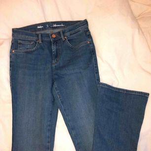 Oanvänd bootcut jeans från BikBok, sitter som ett smäck på