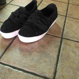 Helt oanvända skor från skopunkten tror jag? Jätte sköna å snygga! Kan fås billigare.