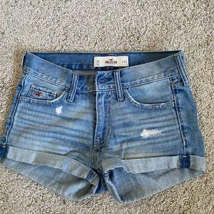 Ett par jättefina och snygga jeans shorts från Hollister! Säljer pågrund av att de är för små för mig:( de är i jättebra skick❤️