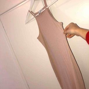 Oanvänd rosa ribbad klänning från Nelly