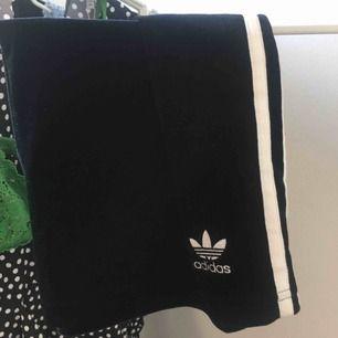 Superfin kjol från adidas, endast använd 2-3 gånger. Nyskick! Frakt tillkommer💚