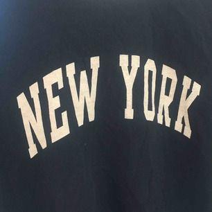Fin 90s t-shirt från Brandy Melville, nyskick! Storlek One size men passar XS-M beroende på hur man vill att den ska sitta!  Frakt tillkommer💚