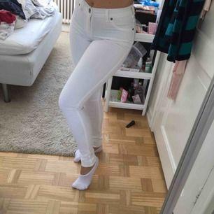Vita jeans i stretch från Dr Denim. Storlek S