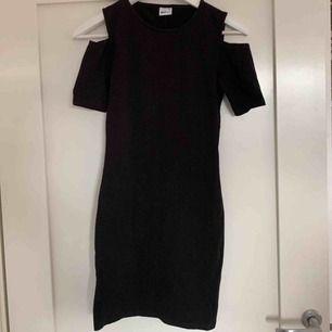 Nästan ny klänning från Gina tricot med bara axlar