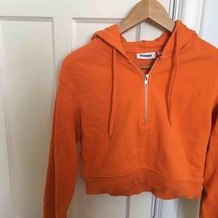 Orange hoodie från Weekday. Jättebra skick. Storlek 34. Frakt tillkommer.