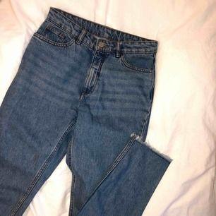 Oanvända högmidjade mom jeans från Monki, strl 27