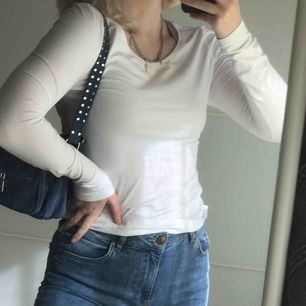 Vanlig basic vit tröja. Svinskönt material