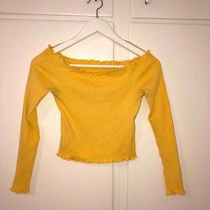 Oanvänd off shoulder tröja från Gina Tricot