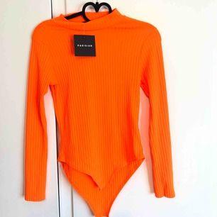 En snygg neon-orange body från JFR som är lite ribbad typ, inte kommit till användning o lapp kvar! 🤩