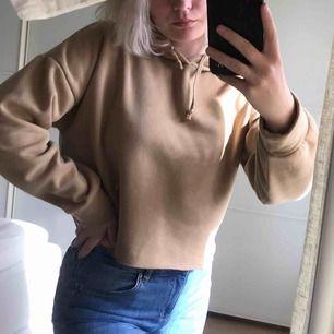 Jätteskön avklippt hoodie (köpte den så) i färgen beige