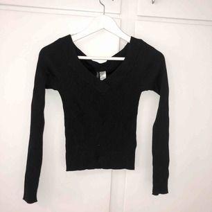 Oanvänd svart ribbad tröja från h&m