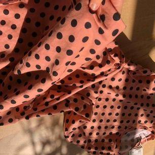 Finaste klänningen från zara! Köpt förra sommaren men prislappen hänger fortfarande kvar. Skriv för fler bilder! Frakt tillkommer