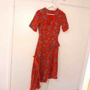 Oanvänd mönstrad klänning från h&m, sitter som en xs och är såå fin inför sommaren