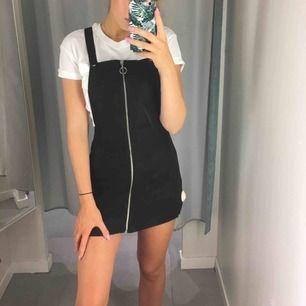 svart hängselklänning 🖤 reglerbara hängslen, dragkedja hela vägen du kan även knäppa upp ena eller båda hängslena om du vill! Frakt tillkommer 🌸