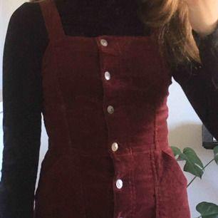Jag säljer min röda manchesterklänning från H&M. Bra skick, bara använd några få gånger! Den är storlek 34 och skulle säga att den passar XXS och eventuellt XS. Skriv gärna om du vill ha fler bilder, frakt tillkommer💕