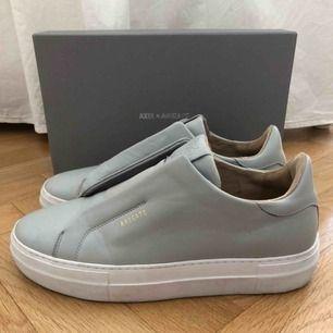 Fräscha AXEL ARIGATO sneakers! Original pris ca 1600 men säljer för 400 (+frakt)😍 använt men bra skick, kontakta för fler bilder!!