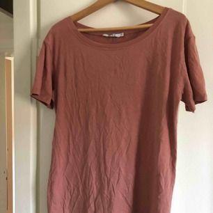 """Säljer en oanvänd """"One shoulder T-shirt Dress"""" från NaKd. Endast provad och annars legat i garderoben. Säljer pga fel storlek. Köpare står för frakt 👼🏼"""