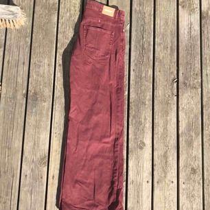 Jeans från Weekday i modellen Ace, färg Burgundy. Oanvända! Storlek 30/30. Frakt tillkommer! Kan även mötas upp i Stockholm.