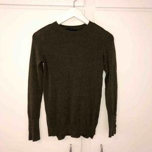 Oanvänd grön tröja från Zara med guldknappar